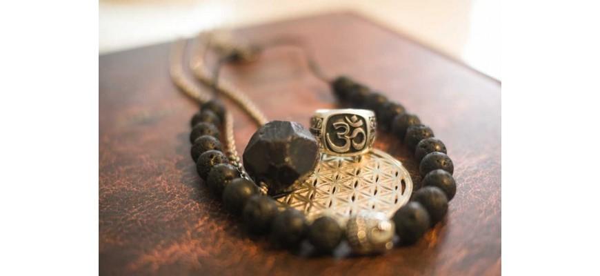 Dans notre magasin, vous trouverez un large choix de bijoux en pierres semi-précieuses, en argent pour votre mieux-être